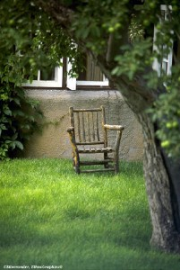 Old-chair-in-yard